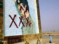 Saddam Husseins Bild auf einer Mauer im Südirak; Foto: AP