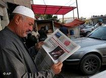 Zeitungsleser in Bagdad; Foto: AP