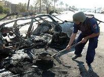 Zerstörter PKW nach Selbstmordanschlag in Bagdad; Foto: AP
