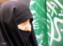 Schwarz verschleierte Frau vor Fahne der Hamas; Foto: AP
