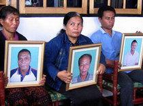 Indonesische Christen protestieren gegen die Ermordung ihrer Angehörigen; Foto: AP
