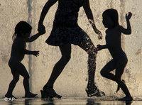 Frau mit Kindern; Foto: AP