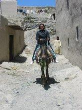Eine Mitarbeiterin von Al Amana unterwegs zu den geförderten Projekten; Foto: Al Amana