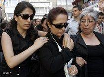 Rakel Dink, ihre Tochter Delal and Rechtsanwältin Fethiye Cetin, Foto: AP
