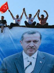 Anhänger Erdogans bei einer AKP-Wahlveranstaltung in Istanbul; Foto: AP