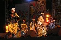 Maâlem Mahmoud Guinea (rechts) mit seiner Gembri-Gitarre, und seine Band bei ihrem Auftritt in Essaouira; Foto: Daniel Siebert