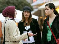 Eine türkische und zwei deutsche junge Frauen im Gespräch; Foto: dpa