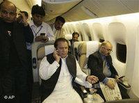 Nawaz Sharif on the way to Pakistan on 9 September 2007 (photo: AP)