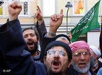 Demonstration von Islamisten in Düsseldorf gegen die Abschiebung von Metin Kaplan; Foto: AP