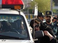 Polizisten nehmen eine Frau in Teheran fest, Foto: AP