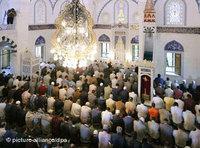 Muslime beim Gebet; Foto: dpa