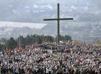 Christliche Pilgerscharen an einem Kreuz; Foto: dpa