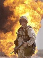US-Soldat vor brennender Öl-Quelle im Irak; Foto: AP