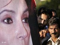 Pakistaner hinter einem überlebensgroßen Plakat von Benazir Bhutto; Foto: AP