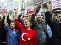 Demonstranten schwenken türkische Fahnen und skandieren nationalistische Parolen; Foto: AP