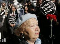 Eine ältere Frau während der Beerdigung Hrant Dinks; Foto: AP