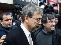 Orhan Pamuk auf dem Weg zu einem Istanbuler Gericht; Foto: AP