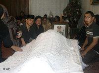 Suhartos Familie um den Leichnam versammelt; Foto: AP