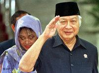 Suharto am 21. Mai 1998, seine Tochter im Hintergrund; Foto: AP
