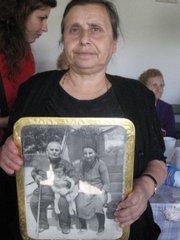 Kyriaki Papadopoulu zeigt auf einem Bild ihre Vorfahren vom Schwarzen Meer; Foto: Tuba Tuncak