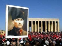 Demonstration gegen die Aufhebung des Kopftuchverbots vor dem  Ataturk-Mausoleum in Ankara; Foto: dpa