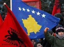 Einwohner Pristinas schwenken neue Nationalflagge des Kosovo; Foto: Picture Alliance