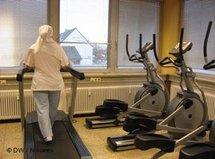 Frau mit Kopftuch im Fitness-Center; Foto: DW