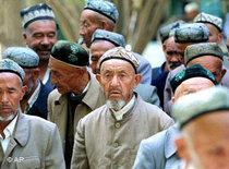 Muslimische Uiguren auf dem Weg zum Gebet in eine Moschee in China; Foto: AP