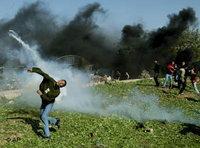 Jugendliche Palästinenser schmeissen Steine gegen israelische Truppen; Foto: AP