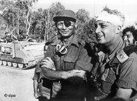 General Mosche Dajan (links) mit  Scharon auf der ägyptischen Seite des Suezkanals; Foto: dpa