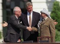 Jitzhak Rabin, Bill Clinton und Yassir Arafat während der Verhandlungen von Oslo; Foto: AP