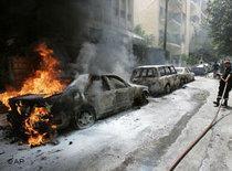 Ausgebrannte Autos in den Straßen Beiruts; Foto: AP