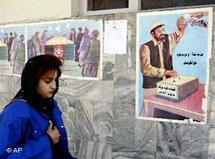 Afghanische Frau in Kabul passiert Plakat mit Aufruf zur Abstimmung über die Verfassung; Foto: AP
