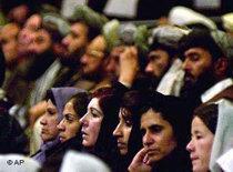 Zuhörerinnen in der afghanischen Ratsversammlung; Foto: AP