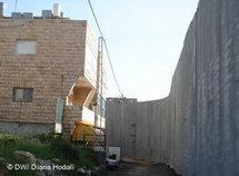 Israelische Mauer direkt vor einem Haus in Bethlehem, Foto: DW