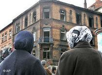 Kopftuch tragende Türkinnen vor dem abgebrannten Haus in Ludwigshafen; Foto: AP