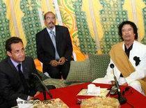 Frankreichs Präsident Sarkozy und Libyens Revolutionsführer Gaddafi; Foto: dpa