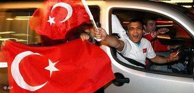 Türkei Fans nach 3:2 Sieg gegen Tschechien; Foto: AP
