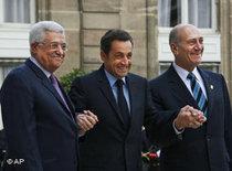 Frankreichs Präsident Sarkozy (Mitte) während des Mittelmeerunion-Gipfels neben Ehud Olmert und Mahmud Abbas (links); Foto: AP