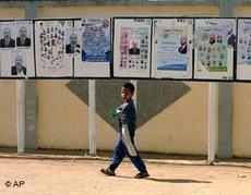 Junge vor Wahlplakaten; Foto: AP