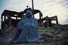 Afghanische Frau vor einer Ruine; Foto: Bucher Verlag