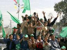 Jubelnde Hamas Anhänger im palästinensischen Flüchtlingscamp Khan Yunes; Foto: AP