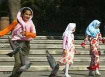 Türkische Mädchen spielen in einem Park in Istanbul; Foto: AP