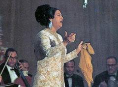Umm Kulthum bei einem Auftritt; Foto: DW