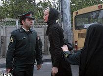 Polizei kontrolliert eine Frau wegen ihrer Kleidung; Foto: Mehr