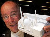Der Architekt Paul Böhm mit einem Modell des geplanten Moschee-Neubaus in Köln; Foto: AP