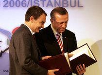 Der spanische Premierminster Zapatero und Erdogan, Premierminister der Türkei, bei einem Treffen der UN-Allianz der Zivilisationen 2006 in Istanbul; Foto: AP