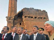 Der türkische Präsident Abdullah Gül besucht im Juli 2008 eine armenische Ruine; Foto: AP