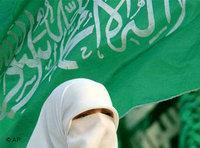 Hamas-Frau mit Kopftuch bei Wahlen in Palästina 2006; Foto: AP
