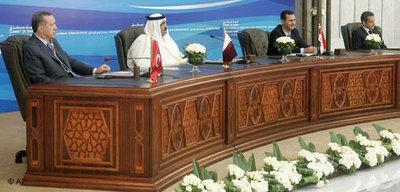 (v.l.) Recep Tayyip Erdogan, der Emir von Katar Scheich Hamad bin Chalifa al-Thani,  Baschar al-Assad und Nicolas Sarkozy bei dem Vierer Gipfel in Damskus; Foto: AP
